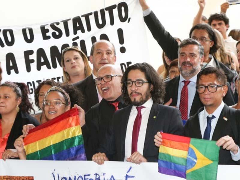 http://brasileiros.com.br/wp-content/uploads/2015/10/LM_estatuto_familia_Foto_Lula_Marques_21102015_005-e1445949730951.jpg