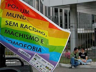 http://www.ibahia.com/a/blogs/sexualidade/2016/08/08/ou-produziremos-um-parentesco-subalterno-ou-acabaremos-com-o-movimento-lgbt/#.V6jkxqqY0U4.facebook