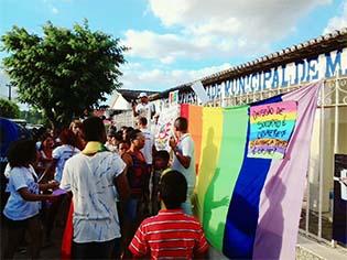 http://www.correio24horas.com.br/blogs/mesalte/populacao-faz-protesto-em-frente-a-hospital-que-negou-atendimento-para-transexual-na-bahia/
