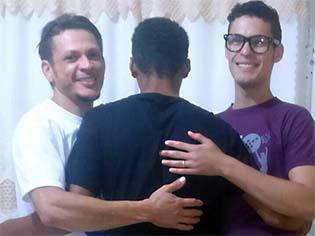 http://g1.globo.com/to/tocantins/noticia/2016/12/casal-gay-adota-adolescente-que-esperava-ha-seis-anos-por-um-lar.html