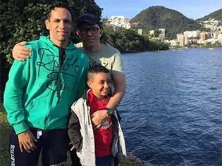http://g1.globo.com/educacao/noticia/adotado-por-pais-homossexuais-menino-escreve-redacao-sobre-ser-a-crianca-mais-feliz-do-mundo.ghtml